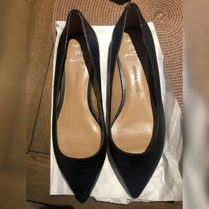 Pointed-toe black flats